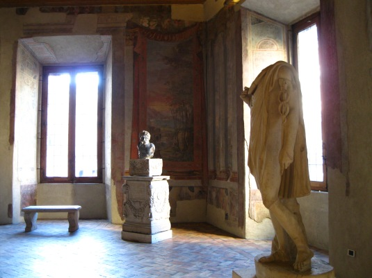 Stuck forever in a room, a statue with no body and a statue with no head. Unable to move or speak. A charming fragment of eternity.